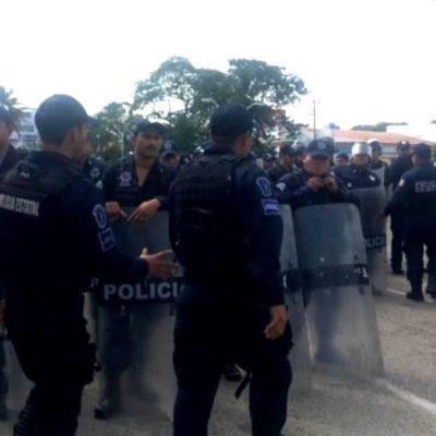 VIDEO | Policías desalojan con violencia bloqueo de burócratas de Tabasco