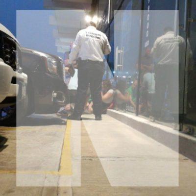 PRELIMINAR | Turista extranjera resulta lesionada, tras enfrentarse policías con un hombre armado en zona turística de Playa del Carmen