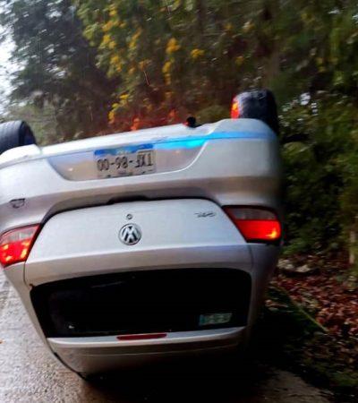 Taxi vuelca en el acceso a Xcaret; no se registraron lesionados