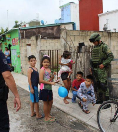 Policía municipal, naval y militar recorren a pie las calles de Puerto Aventuras