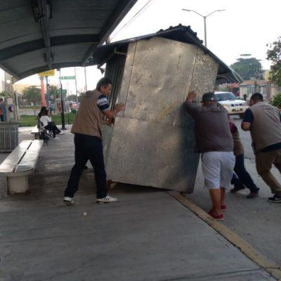Retira comuna puesto semifijo colocado debajo de un paradero de autobuses en la Av. Nichupté de Cancún