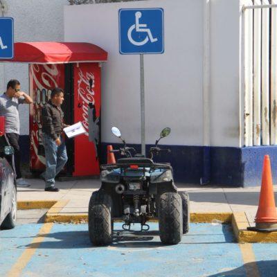 Por falta de estacionamientos en las inmediaciones de la Fiscalía y Seguridad Pública de Cancún, funcionarios se instalan en lugares prohibidos… o ese es el pretexto