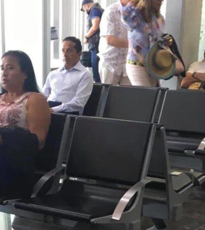 Difunden foto del Gobernador Carlos Joaquín esperando viajar en aerolínea comercial a CDMX