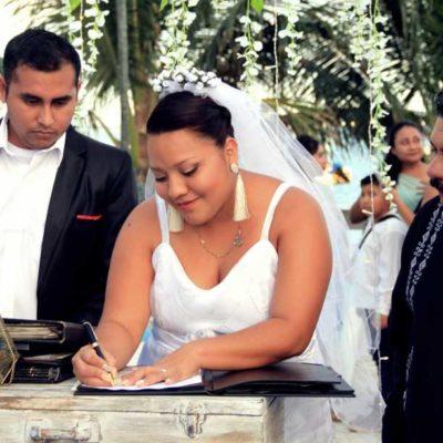 Parejas contraen matrimonio por lo civil en bodas colectivas en Puerto Morelos