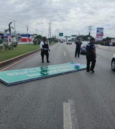 Desplome de cartel deja a un policía lesionado en Playa del Carmen