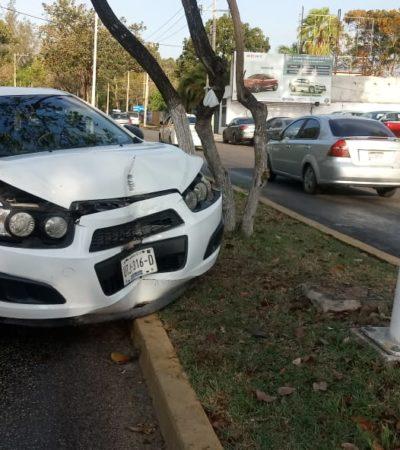 Joven pierde el control de su auto y se impacta con poste en Chetumal