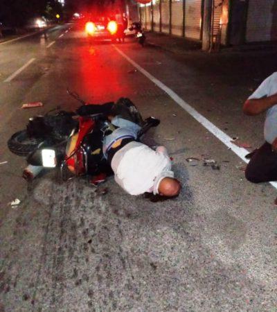 Motociclista al borde de la muerte, tras chocar contra camión de Xcaret en Playa del Carmen
