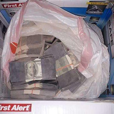 Paran a conductor por exceso de velocidad en Mérida y le descubren fajos de dólares falsos