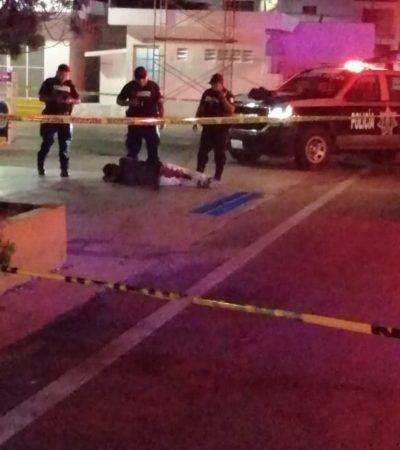 Le disparan en las piernas a un hombre afuera de un bar en Playa del Carmen