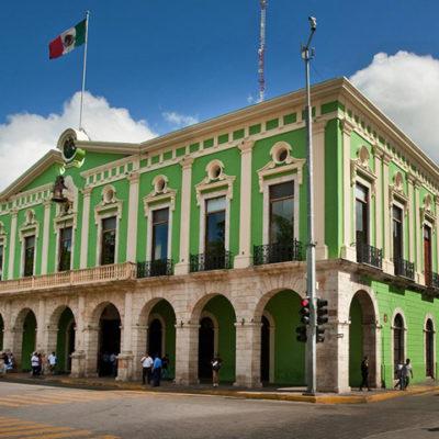 Protestan exempleados de confianza despedidos contra gobierno de Vila Dosal en Yucatán