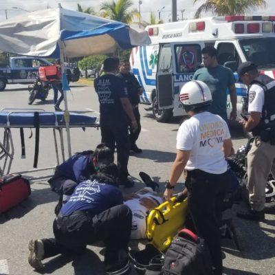 Policía motorizado se accidenta y se fractura la pierna en Cancún