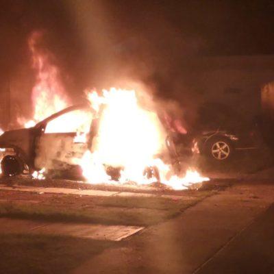 Arde vehículo en Playa del Carmen; acusan incendio intencionado