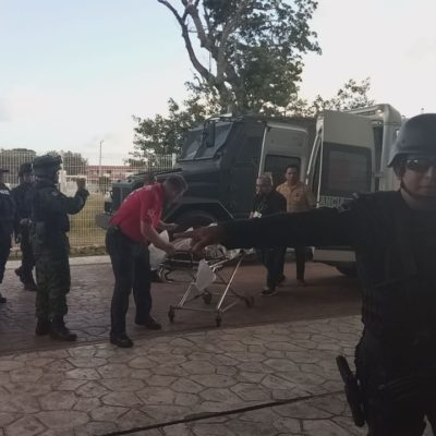 Trasladan en fuerte operativo a sicario herido en enfrentamiento con policías en Cancún