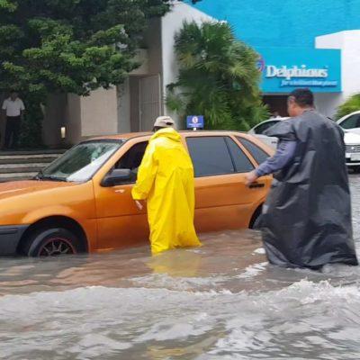 LLUVIAS SORPRENDEN A CANCÚN… COMO SIEMPRE: Grandes encharcamientos en calles y avenidas por aguaceros que anticipan frente frío