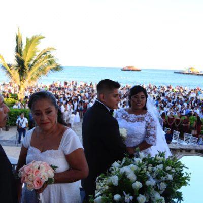 Realizan bodas colectivas a la orilla del mar en Playa del Carmen