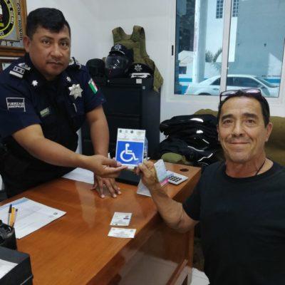 Tránsito de Tulum entrega tarjetones para que respeten áreas de personas con capacidades diferentes