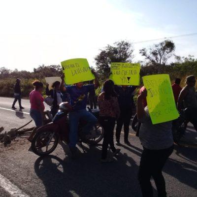BLOQUEAN CARRETERA CHETUMAL-ESCÁRCEGA: A horas de la llegada de AMLO a QR, habitantes de la comunidad Francisco Villa protestan contra delegado