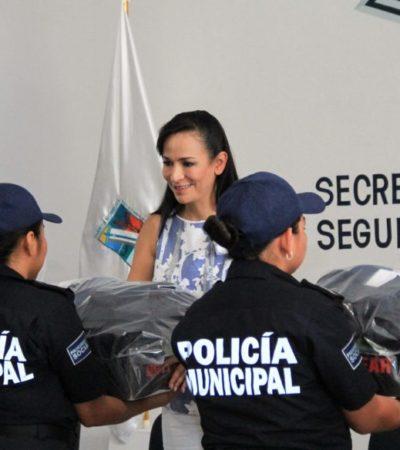 Laura Fernández entrega uniformes, equipamiento, constancias y reconocimientos a policías de Puerto Morelos