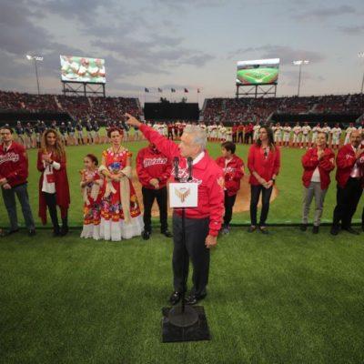 Entre abucheos y silbidos, AMLO lanza la primera bola en el partido de exhibición que inauguró el nuevo estadio 'Alfredo Harp Helú' de los Diablos Rojos de México