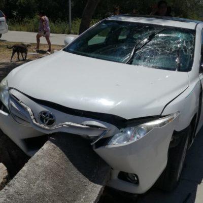 Taxista se 'ensarta' en guarnición por ir texteando en Playa del Carmen