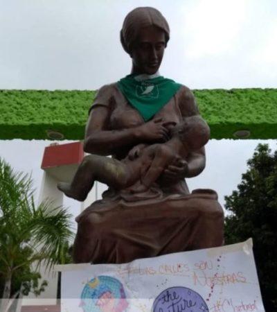 El colectivo Marea Verde utiliza principales monumentos y efigies de Chetumal y Playa del Carmen para simbolizar su lucha a favor del aborto