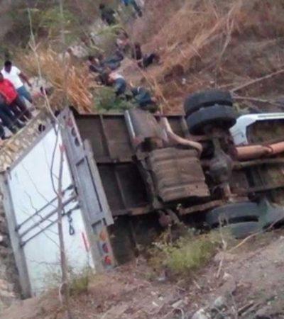 Mueren 25 migrantes centroamericanos tras volcadura en Chiapas; 29 más están heridos