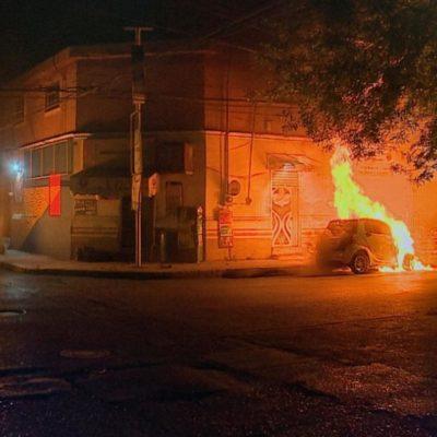 CRIMINALES 'CALIENTAN' LA PLAZA: Incendian vehículos con bombas molotov en el centro de Monterrey