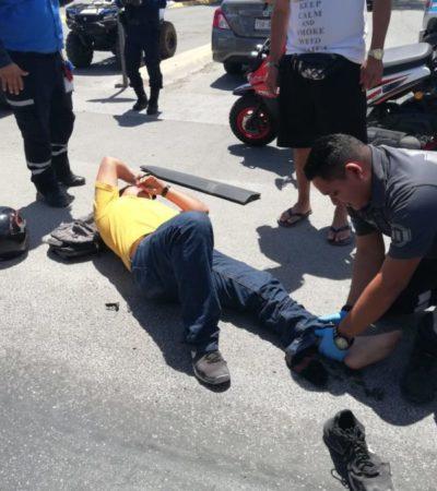 Motociclista choca de frente contra el costado de un automóvil frente a Centro Maya