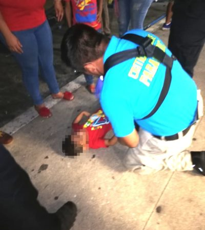 Cae niño de gradas durante carnaval de Chetumal