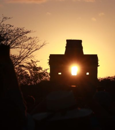 Reciben la Primavera con los brazos en alto en la zona arqueológica de Dzibilchaltún, Yucatán