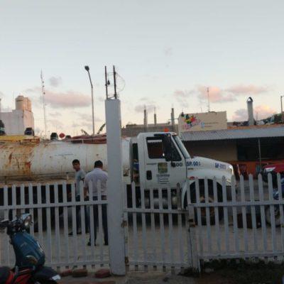 Habitantes de Puerto Aventuras se apoyan de pipas de agua ante incapacidad de Aguakan para llevarles el servicio