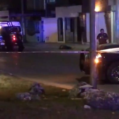 SEGUNDA EJECUCIÓN ANTES DE CERRAR EL VIERNES: Hallan cuerpo tirado en la vía pública en la SM 523 de Cancún