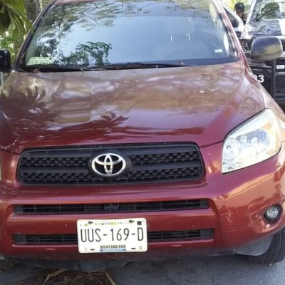Aseguran vehículo abandonado con reporte de robo en el fraccionamiento Mundo Hábitat de Playa del Carmen