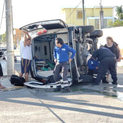 Se vuelca ambulancia en Cozumel