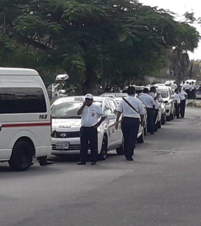 Bloquean taxistas y volqueteros aeropuerto de Cozumel en protesta contra transportistas con placas federales