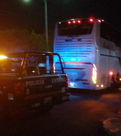 VIDEO   Camión con turistas se lleva cables de energía eléctrica en Othón P. Blanco