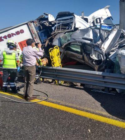 Deja dos muertos y tres lesionados una carambola entre cinco vehículos y dos tráileres en Puebla