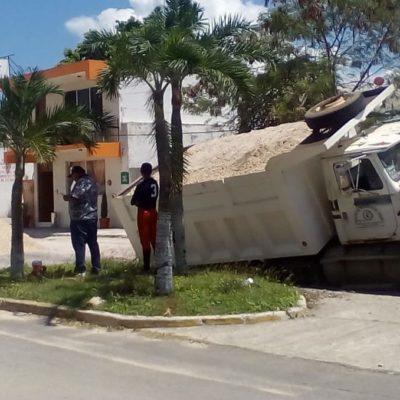 """Casi se """"traga la tierra"""" a camión volquete en plena avenida Juárez de Chetumal"""