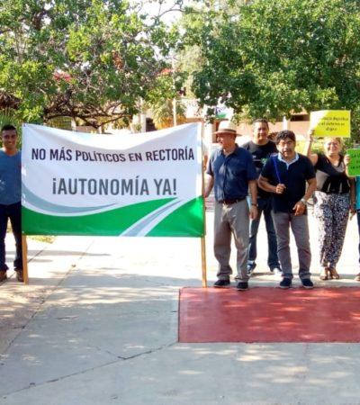 Se manifiestan catedráticos, personal administrativo y estudiantes de la Uqroo en el informe de labores de Ángel Rivero