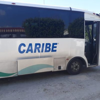 Ebrio sujeto arroja piedras a autobús de transporte