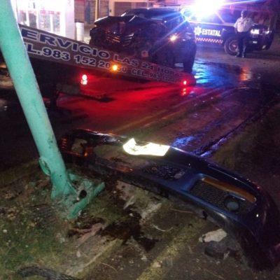 Destroza su auto por conducir en estado de ebriedad y causa daño a infraestructura vial