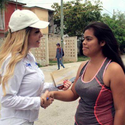 Fátima Garnica escucha quejas de vecinos por deficiencias de servicios públicos en la Región 217 de Cancún