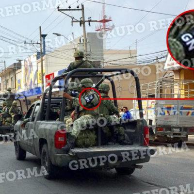 Patrullan militares Minatitlán con logo de la Guardia Nacional sobrepuesto en uniforme distinto al oficial