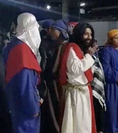 VIDEO | Interpreta a Jesús, pero antes se toma unas copitas…