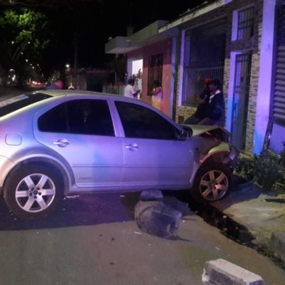 Promotor de Fernando Zelaya estampa su auto contra una casa en Chetumal