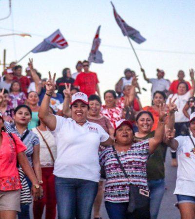 Isleños refrendan su apoyo a Valeria Aragón durante recorrido