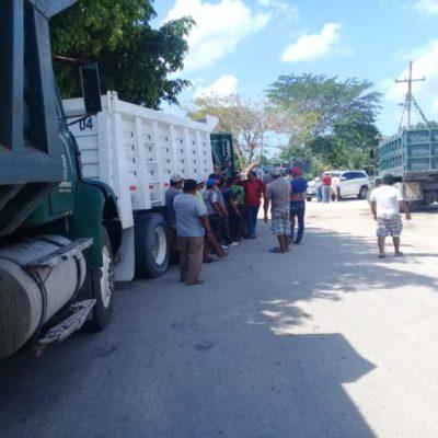 Volqueteros de la CTM, bloquean a vehículos de FESOC que son competencia, en Lázaro Cárdenas