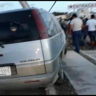 Coche se lleva a peatona y poste, en Chetumal
