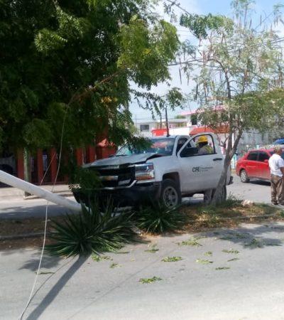 Camioneta de la CFE derriba luminaria, tras choque en Chetumal