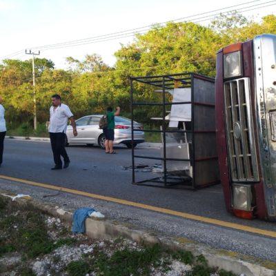 Volcadura en Puerto Morelos deja cuatro heridos